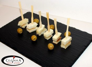 Pão frito com queijo de cabra